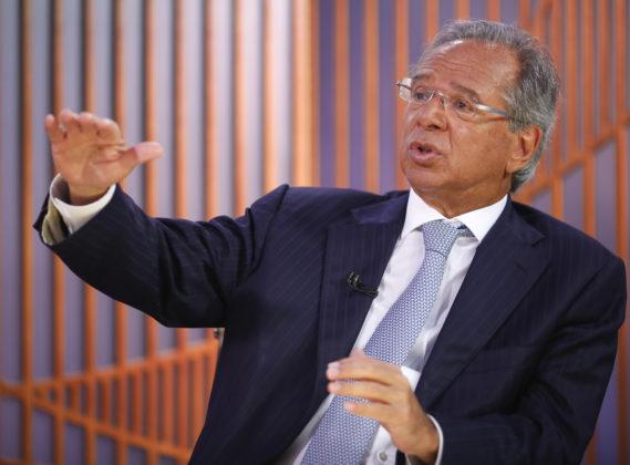 CRÍTICO DE SERVIDORES, GUEDES GANHA R$ 8,2 MIL DE AUXÍLIOS