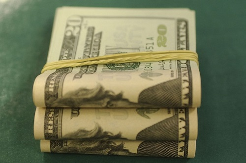DÓLAR BATE R$ 4,44 E BOLSA SOFRE FORTE QUEDA COM AVANÇO DO CORONAVÍRUS