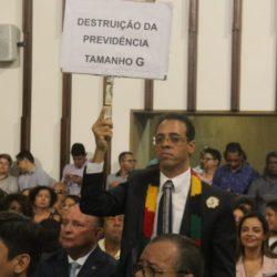 HILTON PROTESTA DURANTE DISCURSO DO GOVERNADOR NA ASSEMBLEIA
