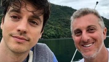 IRMÃO DE LUCIANO HUCK SE DECLARA AO NAMORADO NO VALENTINE'S DAY: 'AMO TANTO'