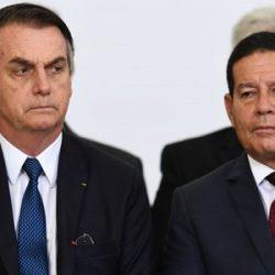 """BOLSONARO DIZ QUE MOURÃO """"ATRAPALHA"""", MAS """"TEM QUE ATURAR"""""""